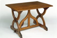 Table en chêne sculptée et champfreinée, fait partie d'une collection de meubles dessinés pour une maison particulière dans le Sussex, 1852-1853.